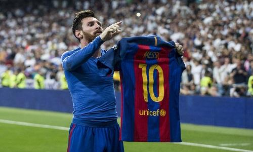 Hanno spezzato le gambe a Messi. Vandalizzata la statua della Pulce